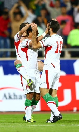 15.out.2013 - Jogadores do Irã comemoram gol marcado por Reza Ghouchannejad na partida contra a Tailândia pelas eliminatórias da Copa da Ásia