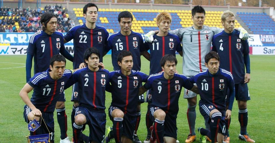 15.out.2013 - Jogadores do Japão posam para tradicional foto antes do amistoso contra Belarus, disputado na cidade de Zhodino