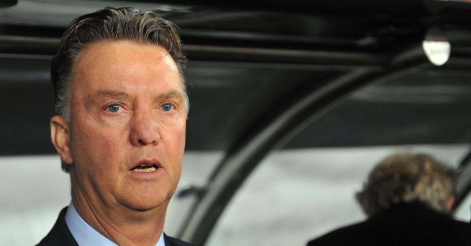 15.out.2013 - Louis van Gaal, treinador da seleção holandesa, observa seus jogadores durante a partida contra a Turquia pelas eliminatórias da Copa do Mundo-2014