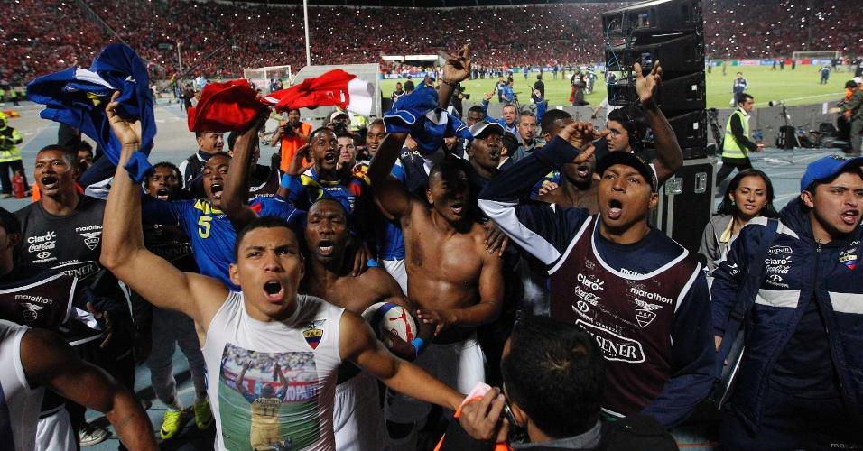 16.out.2013 - Jogadores do Equador comemoram a classificação do país para a Copa do Mundo-2014, mesmo com a derrota por 2 a 1 para o Chile