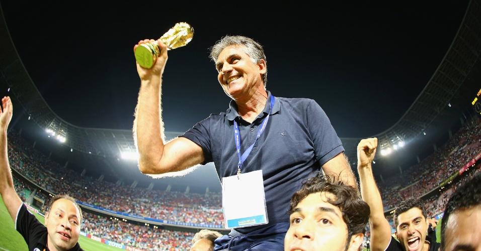 18.jun.2013 - Carlos Queiroz, técnico do Irã, é carregado após classificar o país para a Copa do Mundo-2014 com a vitória por 1 a 0 sobre a Coreia do Sul