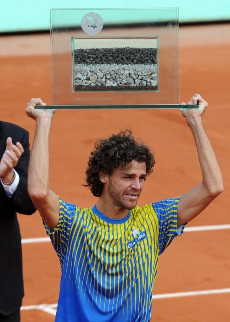 Aberto da França, 2008 - Roland Garros: o tenista brasileiro Gustavo Kuerten se emociona ao levantar troféu com amostra de solo da quadra na derrota para o francês Paul-Henri Mathieu por 3 sets a 0, em Paris, França. O brasileiro se aposentou do tênis profissional.