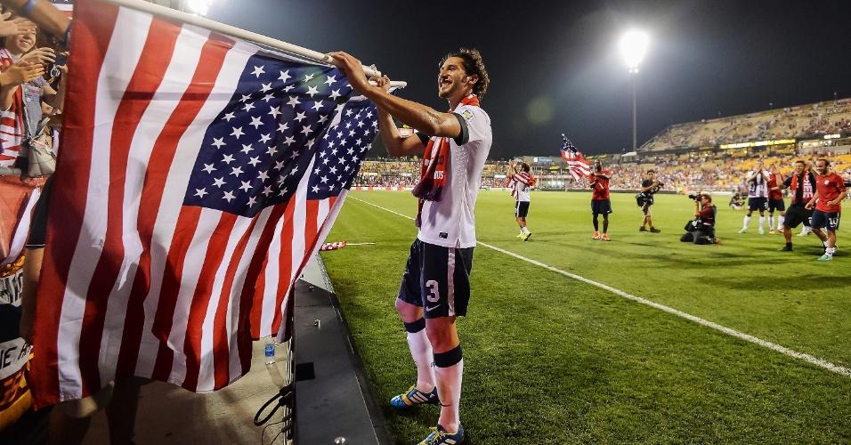 10.set.2013 - Omar González comemora a classificação dos EUA para a Copa do Mundo-2014 após a vitória por 2 a 0 sobre o México