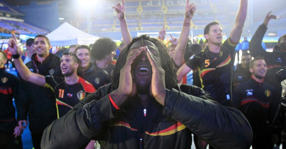 11.out.2013 - Junto com seus companheiros, Romelu Lukaku comemora a classificação da Bélgica para a Copa do Mundo-2014 após a vitória por 2 a 1 sobre a Croácia