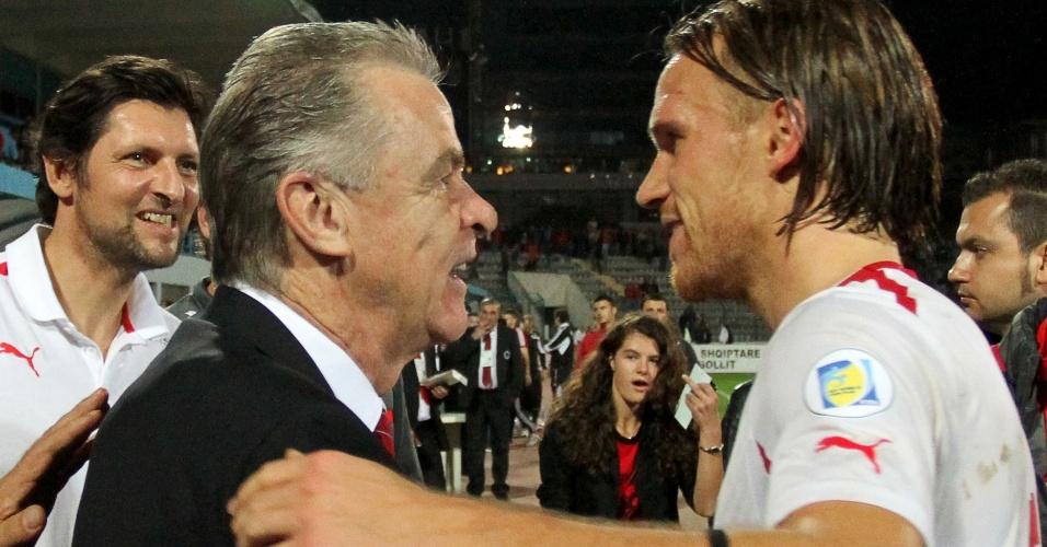 11.out.2013 - Ottmar Hitzfeld, técnico da Suíça, cumprimenta Michael Lang após a vitória por 2 a 1 sobre a Albânia, que classificou a equipe para a Copa do Mundo-2014