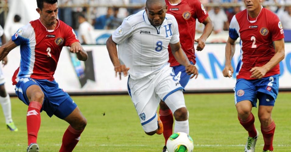 11.out.2013 - Wilson Palacios (c), de Honduras, tenta escapar da marcação de Giancarlo Gonzales, da Costa Rica, em partida pelas eliminatórias da Copa-2014