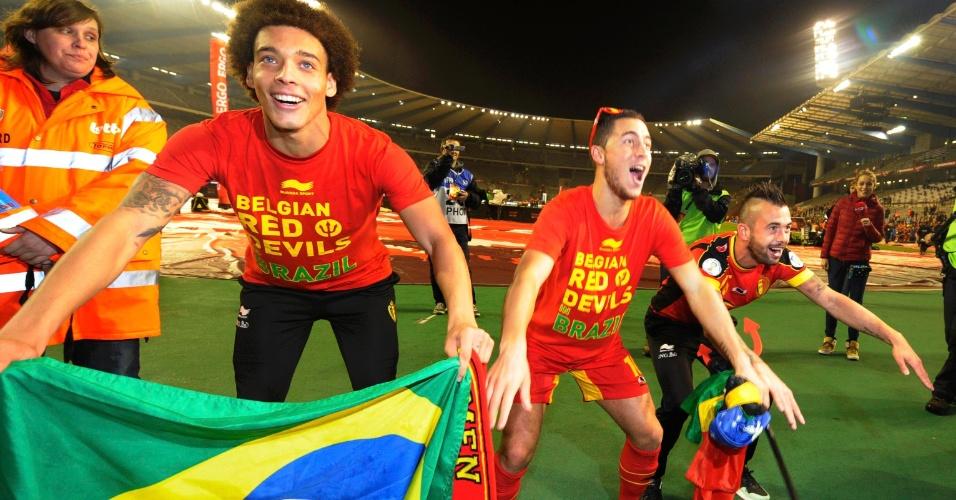 15.out.2013 - Com a bandeira do Brasil, jogadores da Bélgica comemoram após empate por 1 a 1 com o País de Gales; seleção já havia se classificado de forma antecipada para a Copa-2014