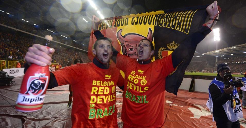 15.out.2013 - Kevin Mirallas (e) e Daniel van Buyten comemoram após o empate por 1 a 1 com o País de Gales; a Bélgica já havia se classificado de forma antecipada para a Copa do Mundo-2014