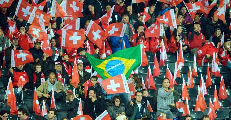 15.out.2013 - Torcedores da Suíça exibem bandeira do Brasil durante a partida contra a Eslovênia pelas eliminatórias; seleção conquistou a vaga antecipada para a Copa do Mundo-2014 após vencer a Albânia