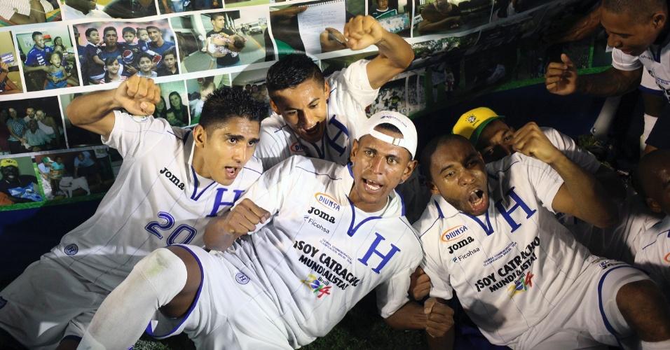 16.out.2013 - Jogadores de Honduras comemoram classificação para a Copa do Mundo-2014; vaga foi assegurada com empate por 2 a 2 com a Jamaica