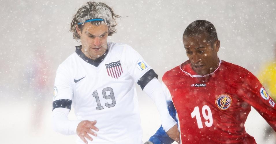 22.mar.2013 - Graham Zusi (e), dos EUA, e Roy Miller, da Costa Rica, disputam jogada durante partida pelas eliminatórias da Copa do Mundo-2014; norte-americanos venceram por 1 a 0