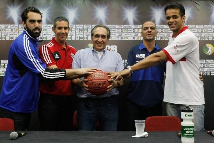 Dirigente, técnicos e jogadores de Flamengo e Brasília seguram bola de basquete durante evento de lançamento do NBB