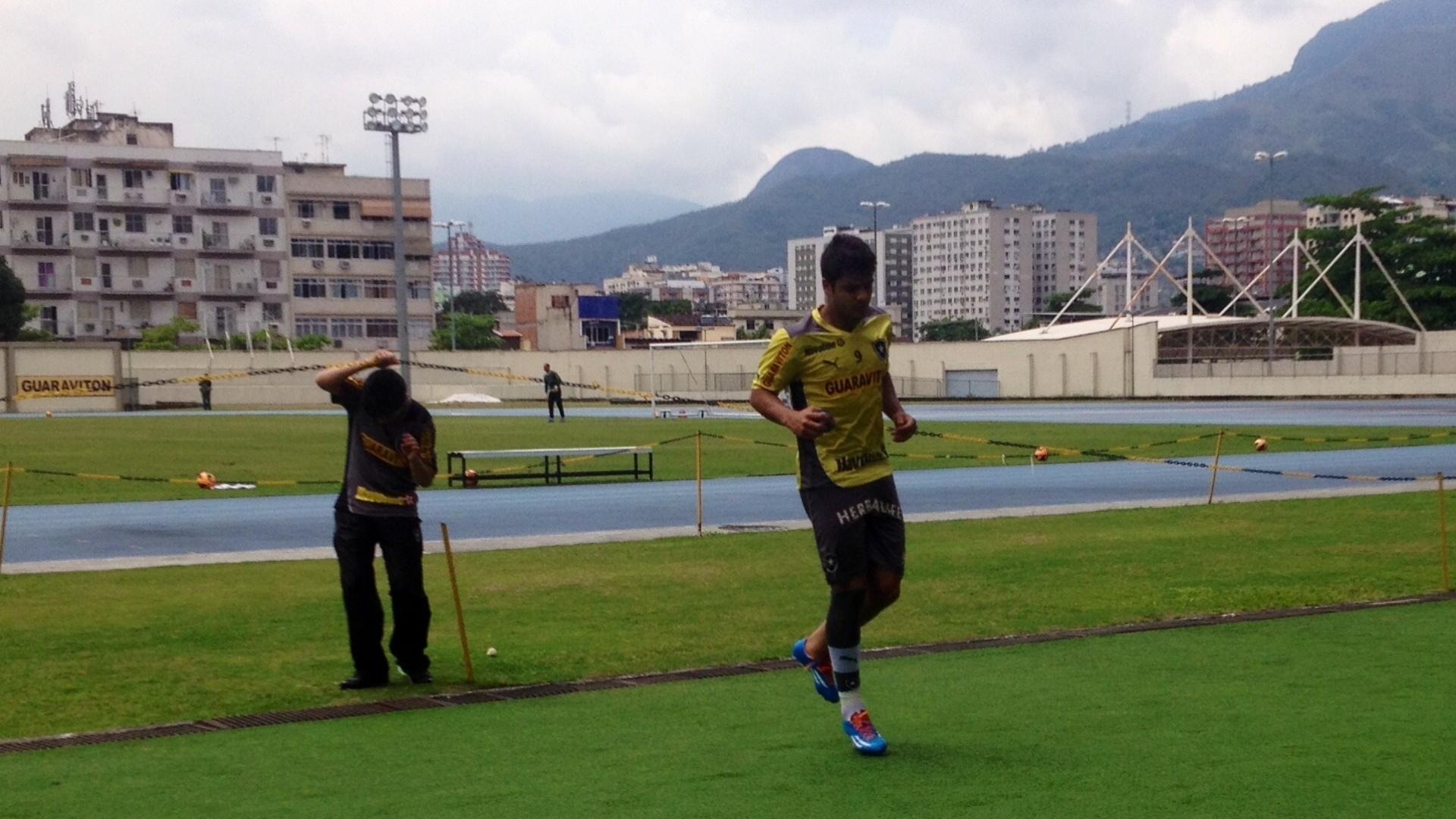 Henrique não suportou as dores no tornozelo esquerdo e deixou treino após entrada de Edílson