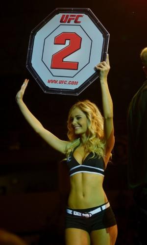09.nov.2013 - Ring girl Jhenny Andrade desfila durante intervalo de combate no UFC Goiânia