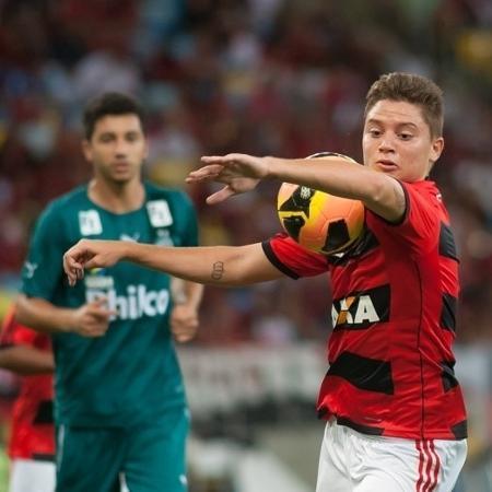 09.nov.2013 - Jovem Adryan (c), do Flamengo, domina a bola no peito em partida contra o Goiás, no Maracanã - Alexandre Vidal/Fla Imagem