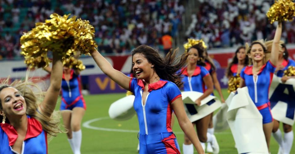 09.nov.2013 - Animadoras de torcida entram em campo e dão show antes da partida entre Bahia e Atlético-MG