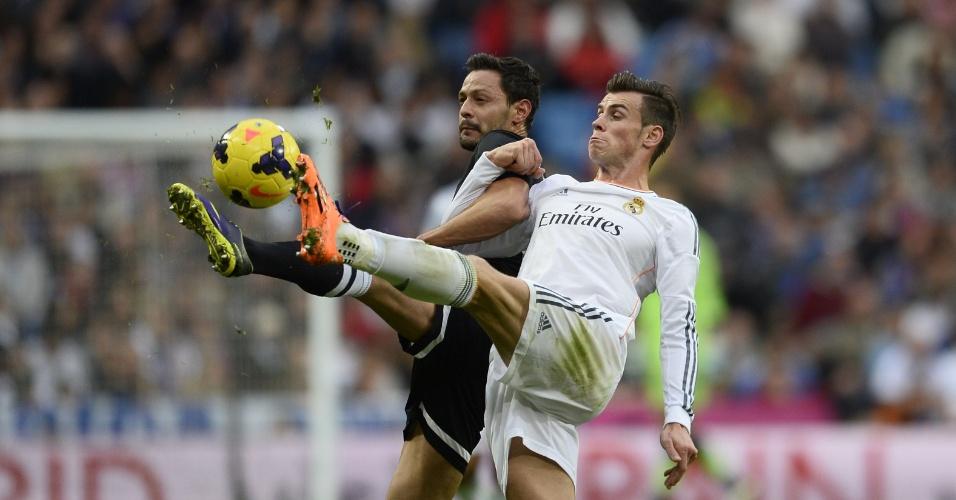 09.nov.2013 - Bale briga pela bola em jogada contra Markel Bergara, do Real Sociedad