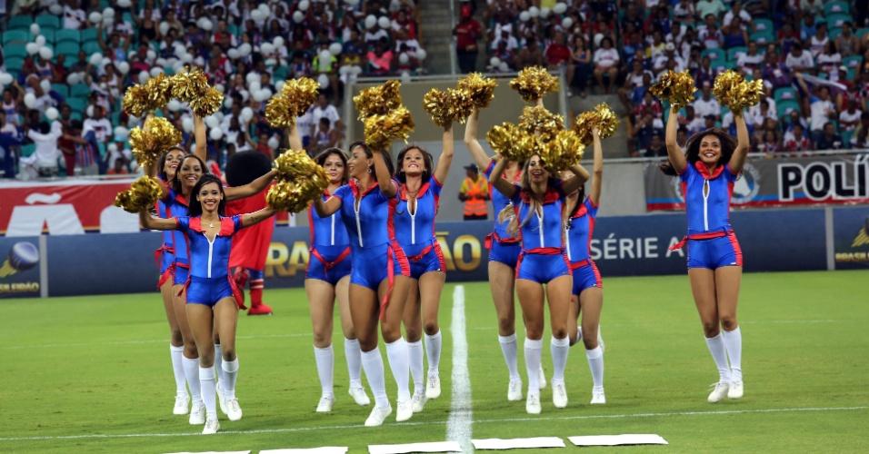 09.nov.2013 - Com pompons dourados e uniforme azul e vermelho, meninas levantam a torcida do Bahia