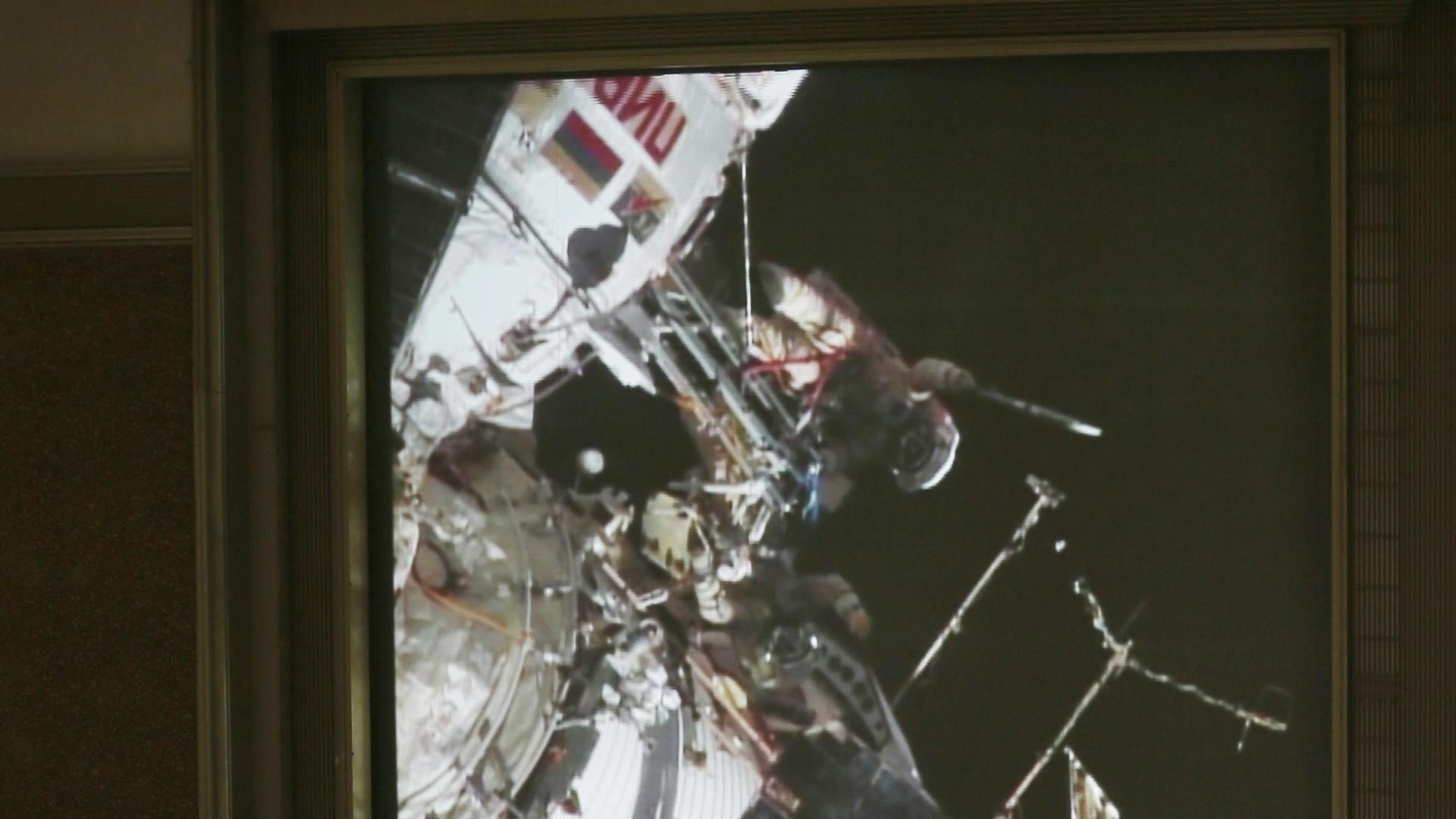 09.nov.2013 - Especialistas da NASA acompanham a caminhada da tocha pela Estação Espacial