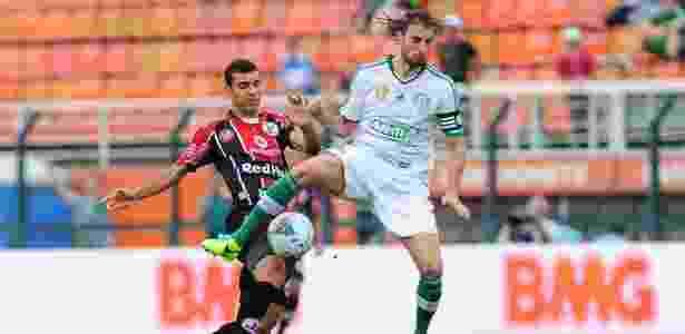 09.nov.2013 - Henrique tenta se livrar da marcação no duelo entre Palmeiras e Joinville pela Série B do Campeonato Brasileiro - Junior Lago/UOL - Junior Lago/UOL