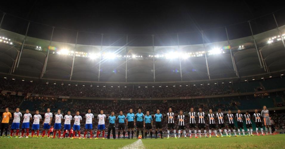 09.nov.2013 - Jogadores do Bahia e do Atlético-MG durante a execução do hino
