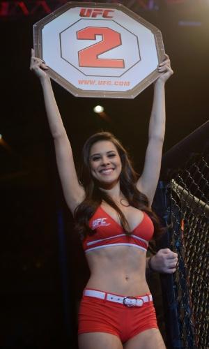 09.nov.2013 - Ring girl Camila Oliveira desfila durante intervalo de combate no UFC Goiânia