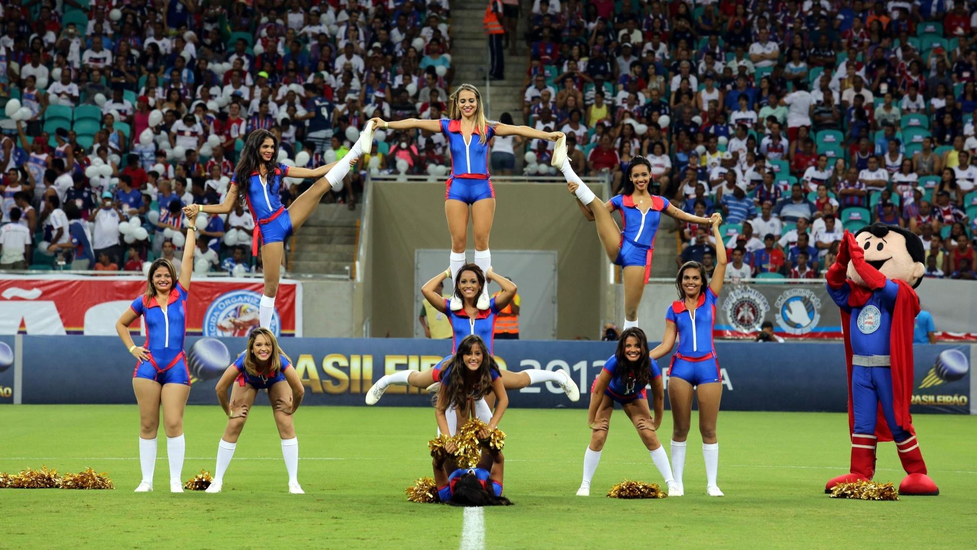 09.nov.2013 - Show das cheerleaders do Bahia inclui até acrobacias