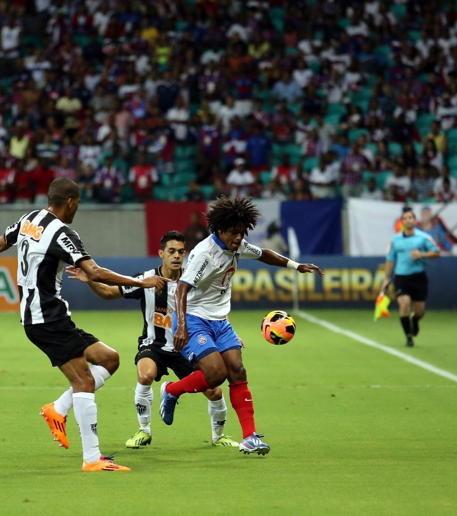 09.nov.2013 - Willian, do Bahia, em disputa com jogadores do Atlético-MG