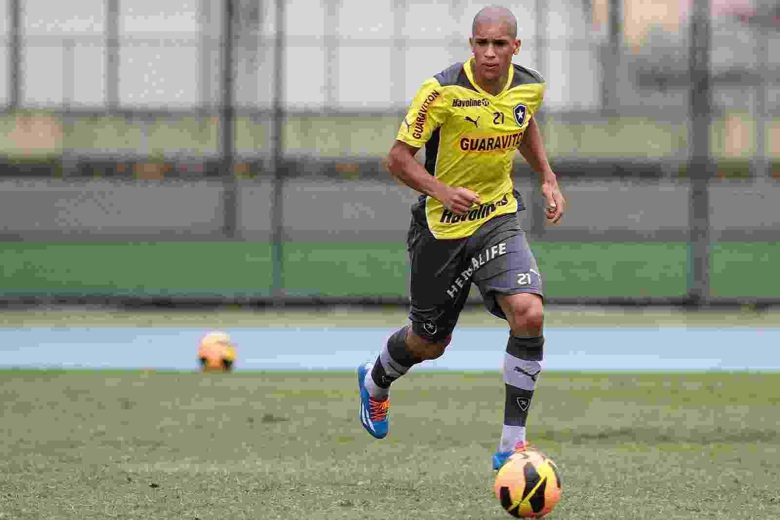 9.nov.2013 - Dória carrega a bola durante treinamento do Botafogo no campo anexo do Engenhão - Vitor Silva / SSPress