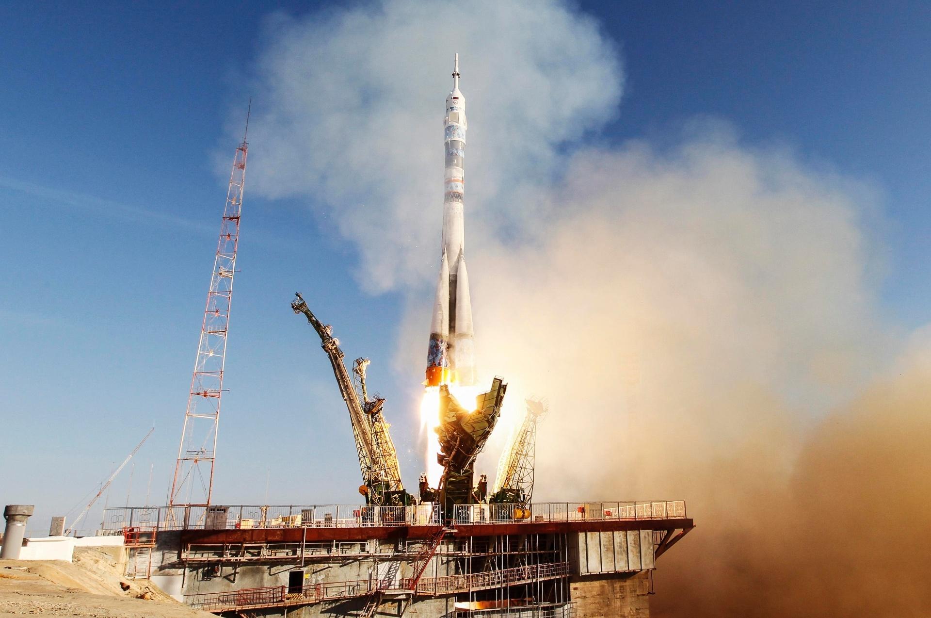 Lançamento do foguete Soyuz, que foi decorado com um floco de neve azul e branco em homenagem às Olimpíadas de Inverno