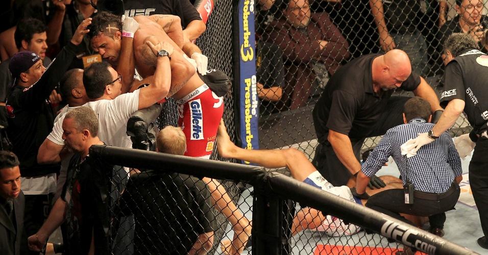 09.nov.2013 - Vitor Belfort escala a grade e comemora nocaute sobre Dan Henderson no UFC Goiânia