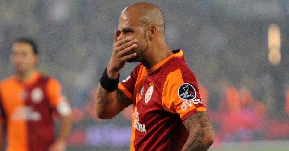 10.11.2013 - Felipe Melo, volante do Galatasaray, se lamenta após ter perdido um pênalti diante do Fenerbahce, no Campeonato Turco