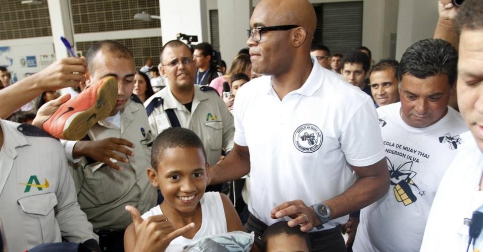 10.nov.2013 - Além de Anderson Silva, lançamento da academia também contou com a presença do secretário de Esporte do Rio, André Lazaroni