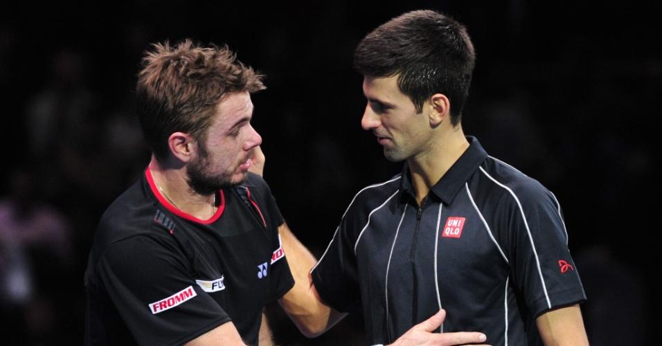 10.nov.2013 - Djokovic cumprimenta Wawrinka após vitória sobre o suíço nas semifinais do ATP Finals