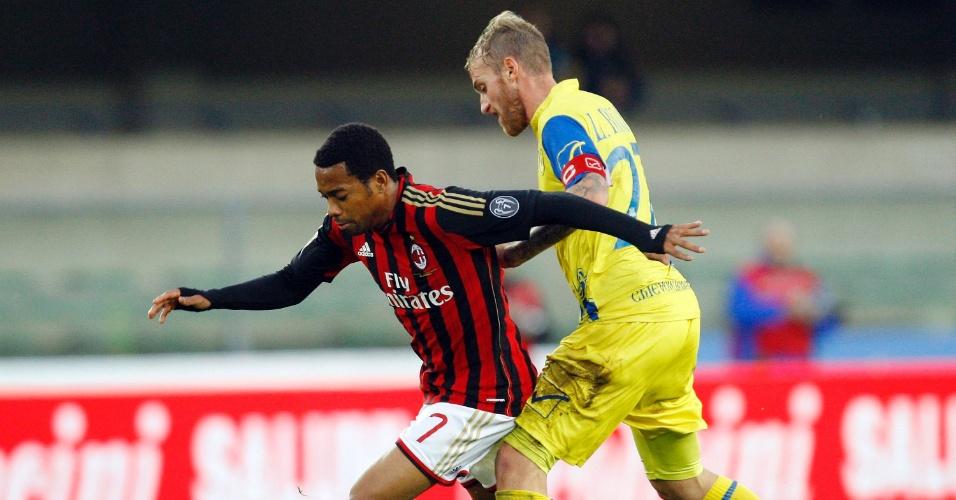 10.nov.2013 - Robinho disputa bola com Luca Rigoni na partida entre Milan e Verona