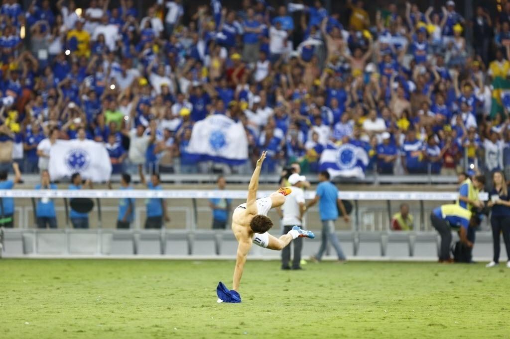 Dagoberto comemora vitória contra o Grêmio com a torcida do Cruzeiro