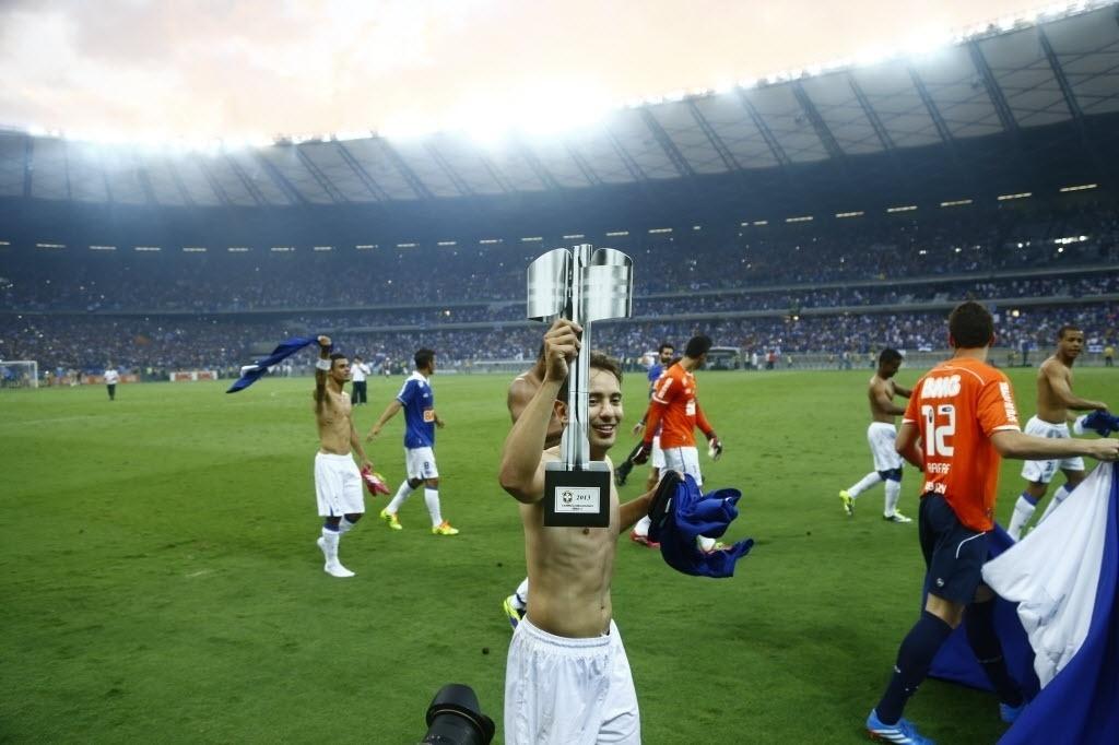 Everton Ribeiro desfila com a