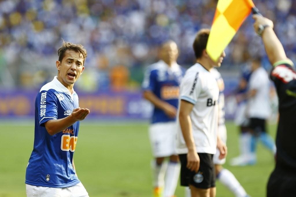 Everton Ribeiro reclama com bandeirinha no jogo entre Cruzeiro e Grêmio