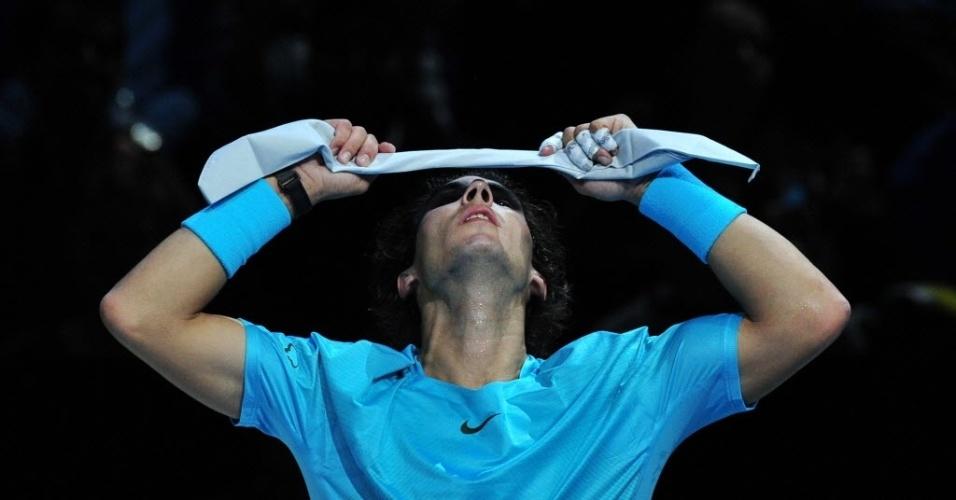 Rafael Nadal se prepara para retornar à quadra contra Roger Federer. O espanhol venceu por 2 sets a 0 (7-5 e 6-3) e disputa a decisão das Finais da ATP