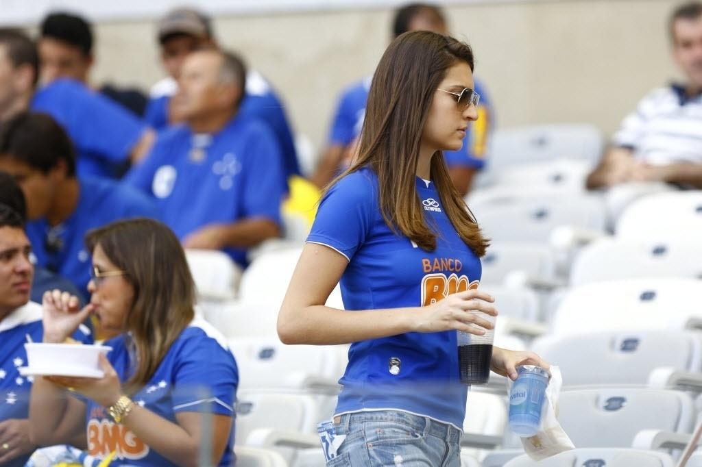 Torcedora aguarda início de jogo entre Cruzeiro x Grêmio. Cruzeiro leva a taça se vencer e o Atlético-PR não ganhar
