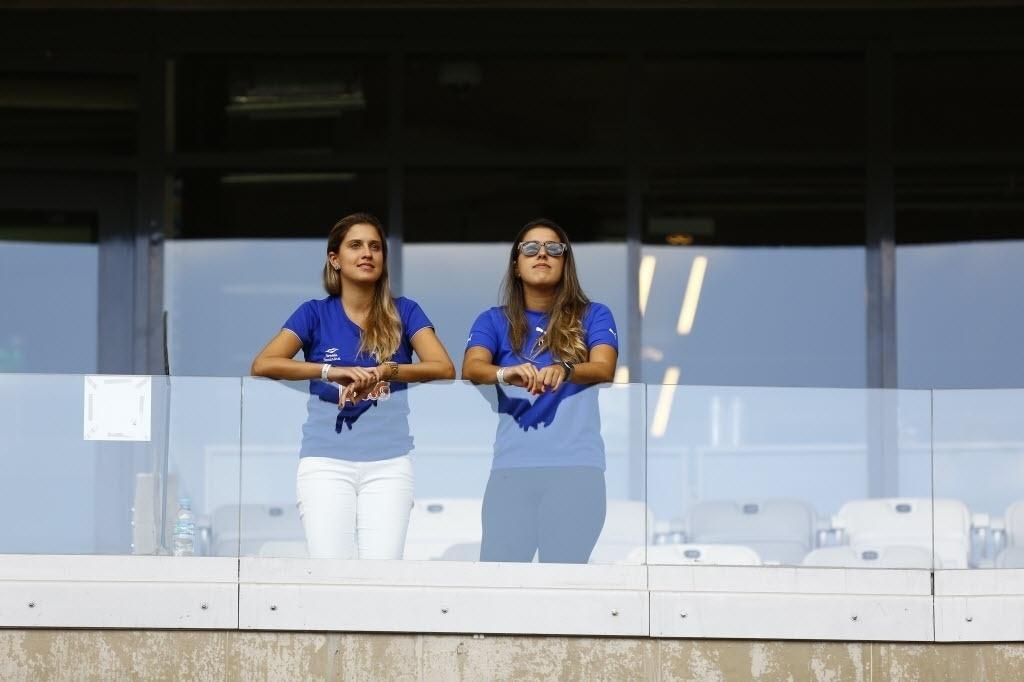 Torcedoras aguardam início de jogo entre Cruzeiro x Grêmio. Cruzeiro leva a taça se vencer e o Atlético-PR não ganhar