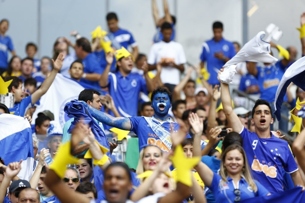 Torcedores do Cruzeiro foram ao Mineirão munidos de estrelas e uma taça simbólica de campeão brasileiro
