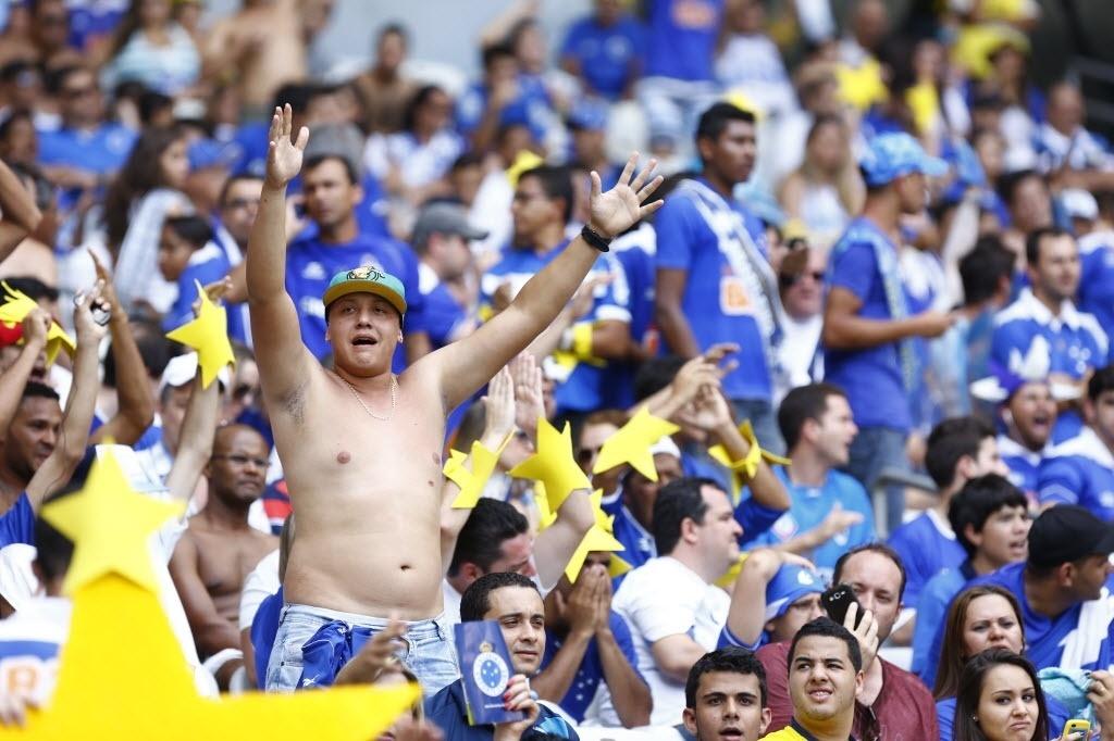 Torcedores do Cruzeiro foram ao Mineirão munidos de estrelas, faixas e taças simbólicas de campeão brasileiro