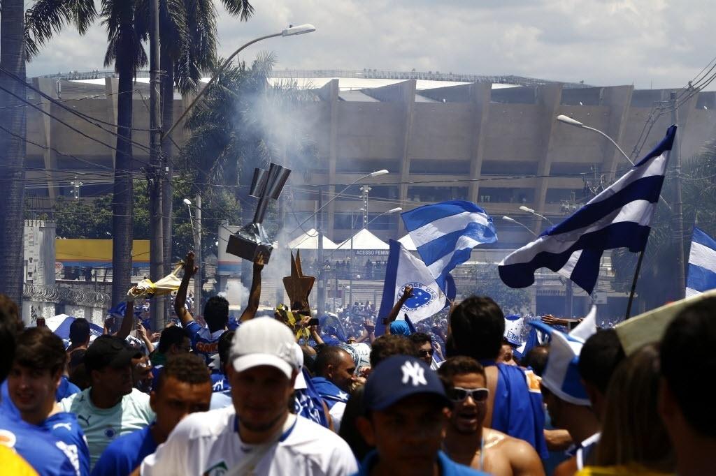 Torcida cruzeirense chega ao Mineirão para duelo contra o Grêmio, que pode dar o título ao clube mineiro
