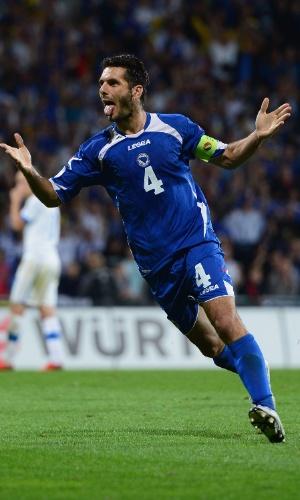 10.set.2013 - Emir Spahic comemora um dos gols da Bósnia na vitória por 2 a 1 sobre a Eslováquia pelas eliminatórias da Copa-2014