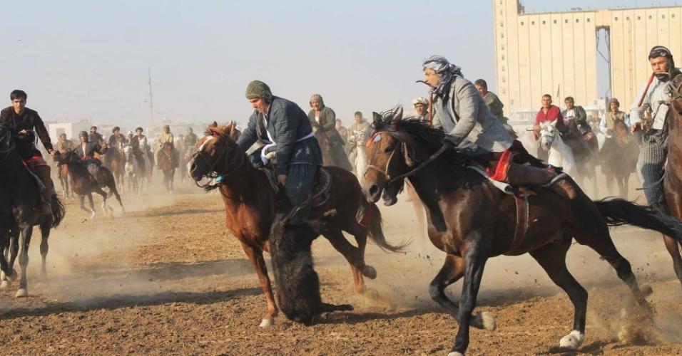 11.nov.2013 - Afegãos disputam partida de Buzkashi; o bizarro esporte consiste em arremessas uma carcaça de bode em um aro, enquanto montado em um cavalo