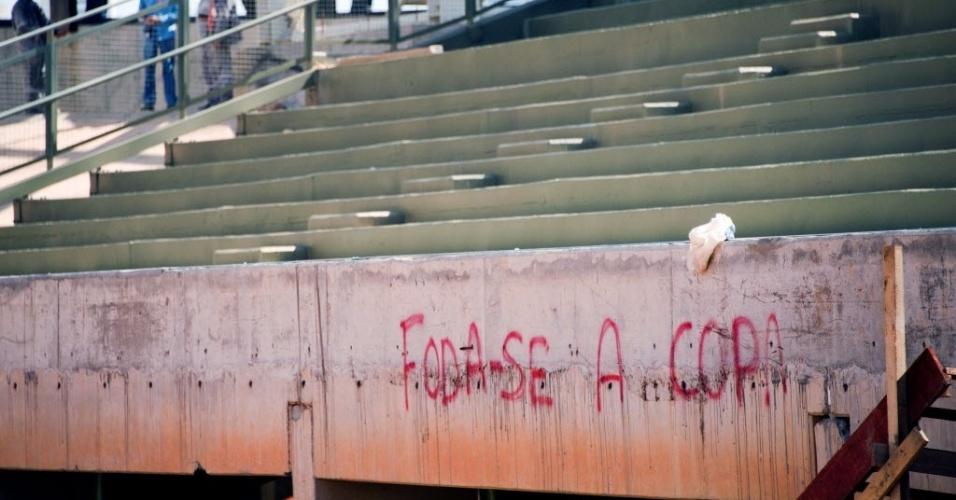 11.nov.2013 - Arena Pantanal, em Cuiabá, apareceu pichada com protesto contra a realização do Mundial 2014. O estádio, com 42.968 lugares, sediará quatro partidas do torneio e sua previsão de entrega é dezembro deste ano.