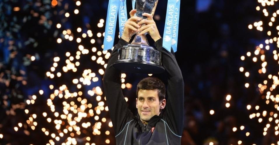 11.nov.2013 - Novak Djokovic ergue o troféu de campeão após bater Rafael Nadal na decisão das Finais da ATP