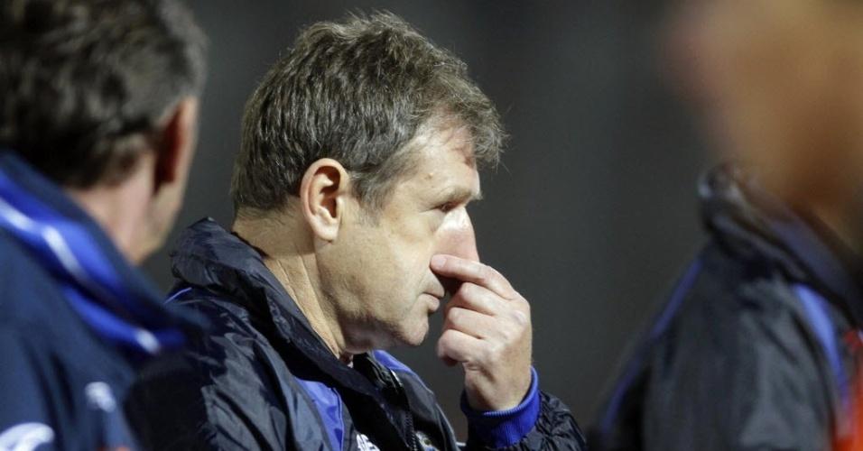 15.out.2013 - Safet Susic, treinador da Bósnia, observa seus jogadores durante a partida contra a Lituânia pelas eliminatórias da Copa-2014