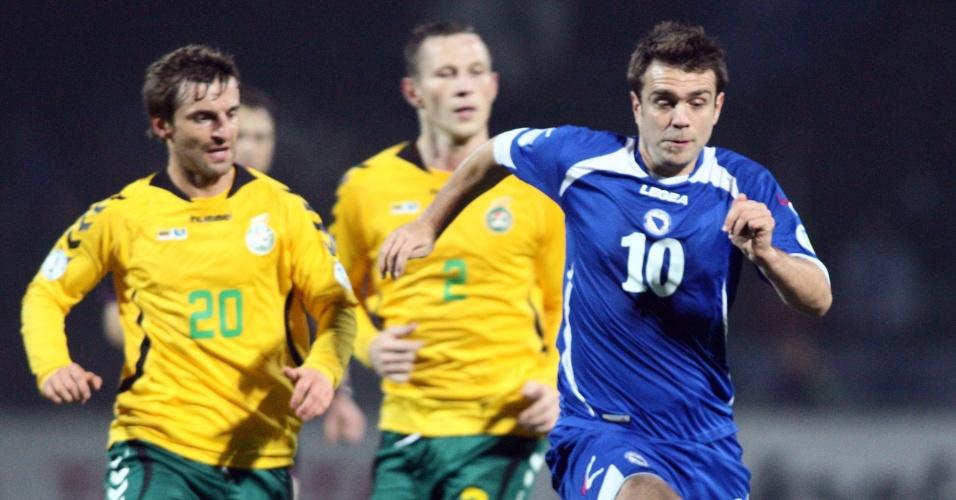15.out.2013 - Zvjezdan Misimovic (d) tenta levar a Bósnia ao ataque durante a vitória por 1 a 0 sobre a Lituânia; resultado classificou os bósnios pela primeira vez para a disputa de uma Copa do Mundo
